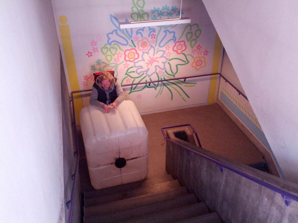 Christian holder pause på trappen...