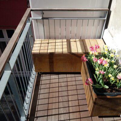 Plantekummer på altan med bænk og plantekasse