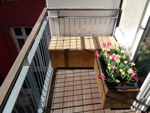 Plantekummmer på altan med bænk