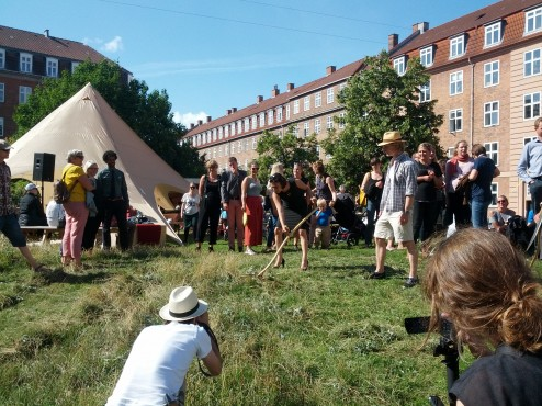 Høslet og Ayfer Baykal på Tåsinge Plads