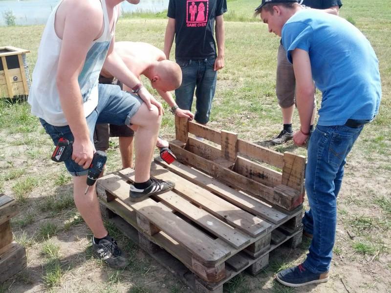Sæt det overskårne stykke fast på bænken, og skru den nederste og øverste palle sammen i alle fire hjørner