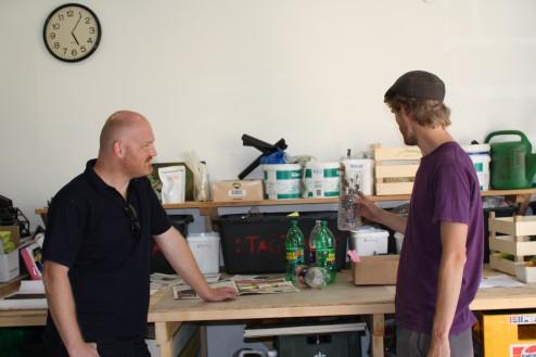 Vi viser Morten Kabell hvordan man nemt ud af en flaske kan lave en selvvandende krydderurtebeholder