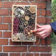 Insekthotel lavet af genbrugsmaterialer