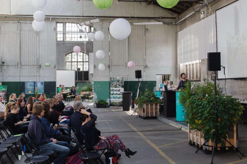 Eat Your City Konference september 2014 - grøn ramme omkring scenen og dens talere