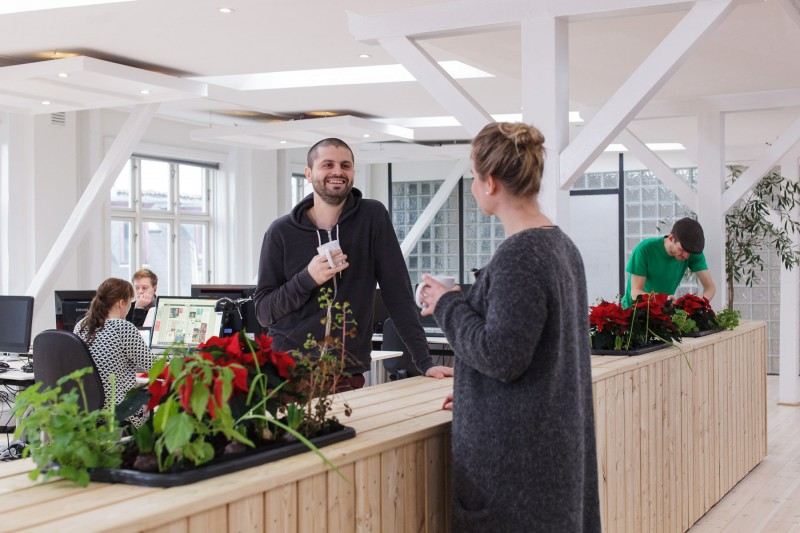 Møblet skaber en uformel ramme for mødet mellem kollegaer