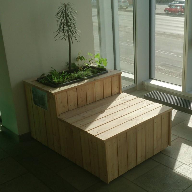 Plantekassemøbel med selvvandende plantekasse.