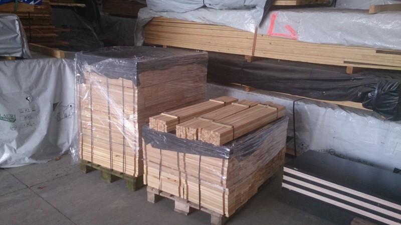 Indpakning til murerbaljer i lærketræ klar til afsendelse fra savværket. Lærketræet er FSC-mærket.