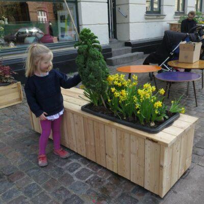 Plantekassebænk med selvvandende plantekasse