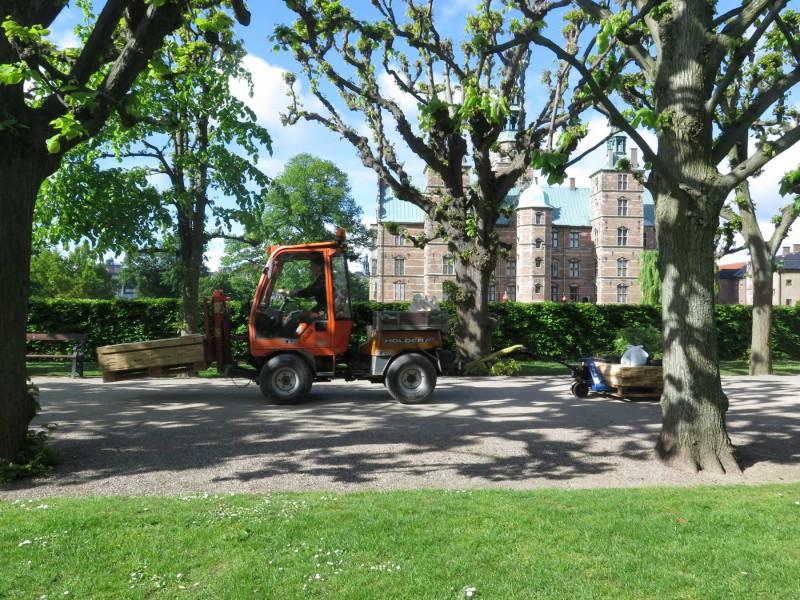 Transport af materialer til haven - de gode gartnere fra Kongens Have havde heldigvis en stærk traktor :-)