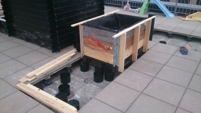 Højbedene klodses op. Indmaden er vores standardsystem i genbrugsmaterialer.