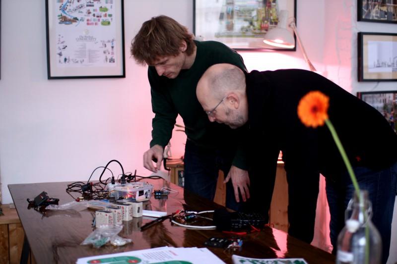 Henrik Føhns fra Harddisken og Mads kigger på sensorer, styringsdimser og prototyper