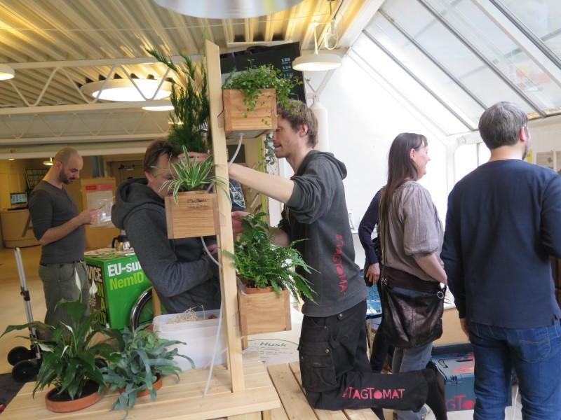 PlanteStativ med seriekoblede KøkkenKasser vises frem til workshop den 9. april på Valby Bibliotek