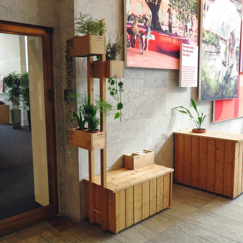 Plantekasse til indendørs brug - her med KøkkenKasser og bænk
