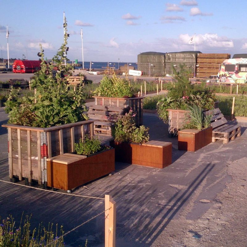 Cortenbede og plantekummer med indbygget bænk og selvvanding