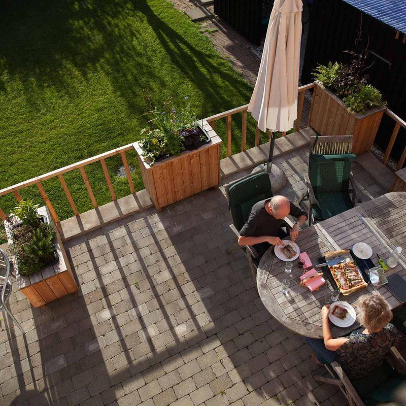 Terrasse med plantekasser i lærketræ
