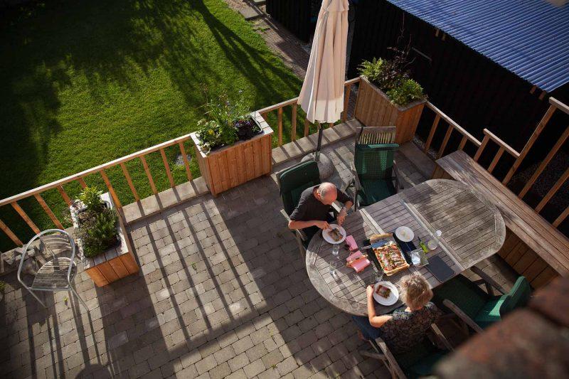 De selvvandende plantekasser har skabt rum og nye opholdsmuligheder for familien.