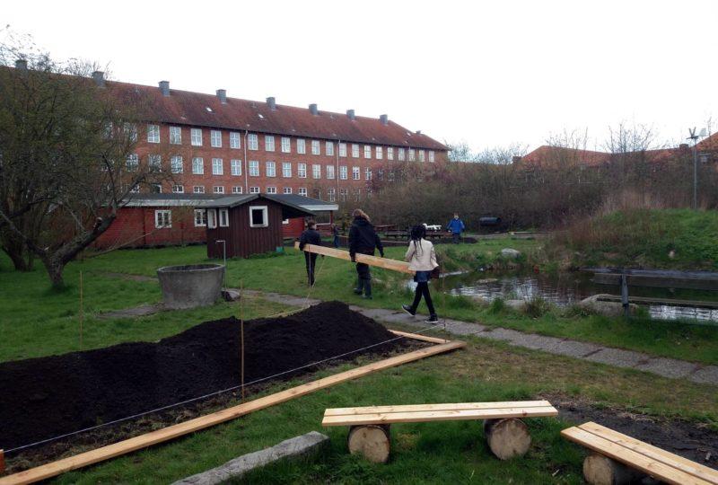 Eleverne hjælper med at bygge højbede på Ellebjerg skole i april 2017