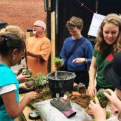 10. Og vi afholdt selv kokedame-workshop, hvor deltagerne lavede deres egen kokedame – mos omkring og krog i – og vores gartner Anne Tange gav gode råd til at få glæde af altanen i efteråret og vinteren.