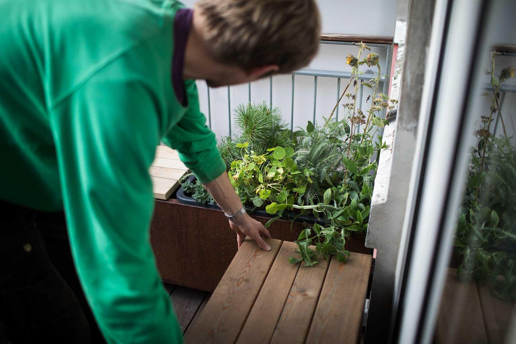 Altankasser, møbler og planter til Anna og Simons lille altan - TagTomat