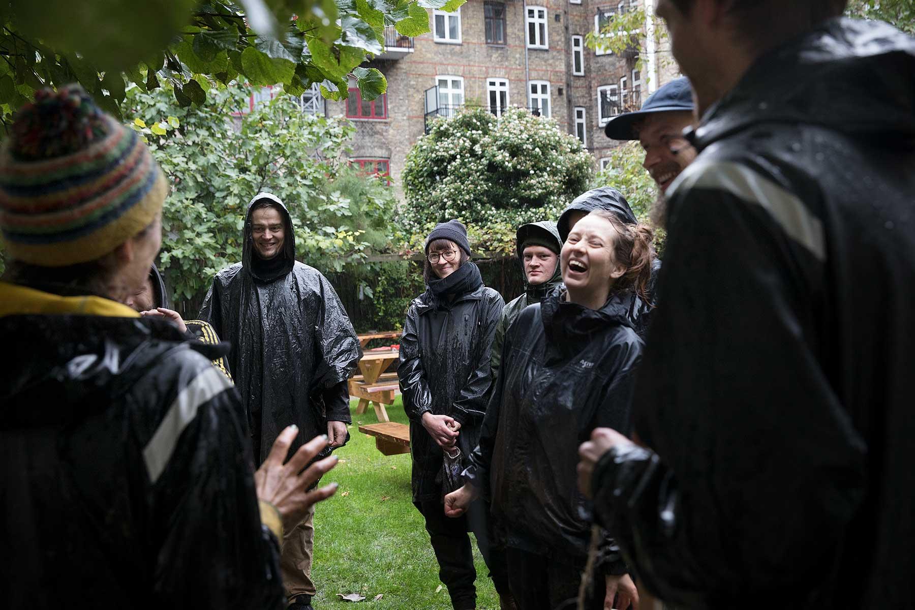Lørdag i oktober i silende regn. Beboerne i Baldersgården fylder jord i højbede og planter til med stauder og kål, som skal stå flot henover vinteren.