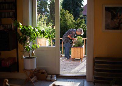 Indbydende terrasse i privat have