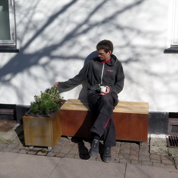 Cortenbede med plantekasse og bænk. Kan fåes med selvvanding